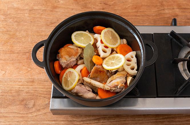 焼いた鶏肉と根菜を鍋に入れ、白ワイン・ローリエ・レモンを入れて節水調理。