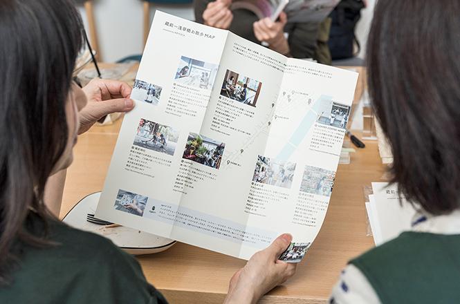 蔵前~浅草橋お散歩MAPを読む参加者の方