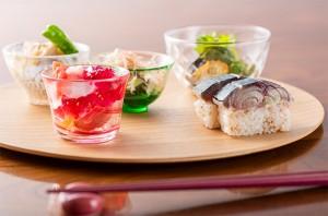 夏の和食を盛り付けて、ワインと一緒に召し上がれ。