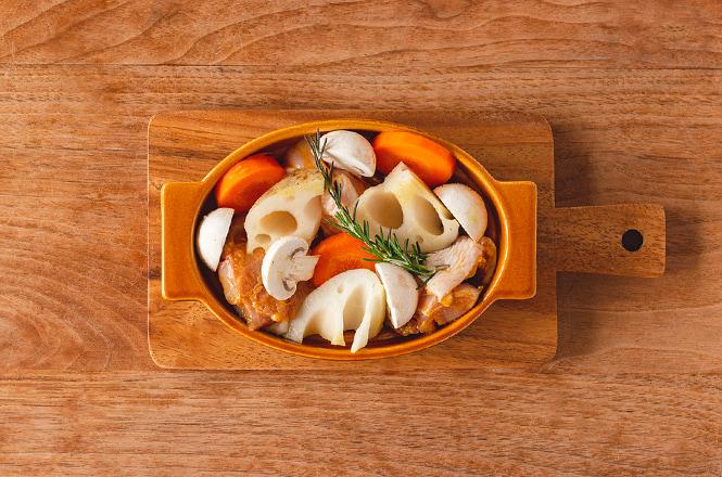 とりもも肉は食べやすい大きさに切り、カレー粉とおろしにんにくなどの下味をよくもみ込んで10分ほど置いておきます