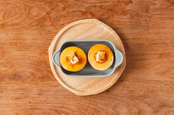 りんごは横半分に切り、芯の部分をスプーンで丸くくり抜きます。くぼんだ部分にソースを入れ、お好みでシナモンをふり、180℃のオーブンで20分ほど焼きます