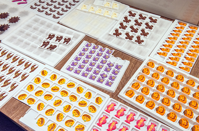 ワークショップに集まったのは親子ら30名。それぞれに用意されたのは、栗のロールケーキとカボチャのお絵かきクッキー。