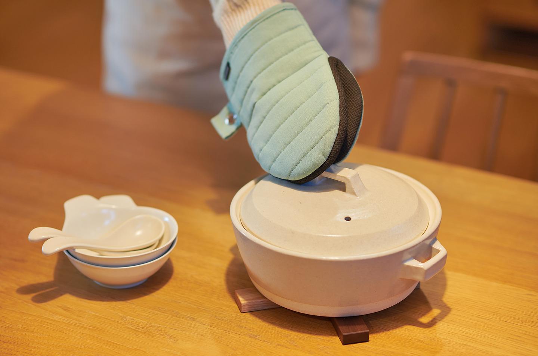 スタイル クラシカ レンゲ ホワイト、スタイル クラシカ とんすい ホワイト、スタイル土鍋 7号 1.0L、ECOZAI 鍋敷き、耐熱ゴム付き 綿麻 ミトン